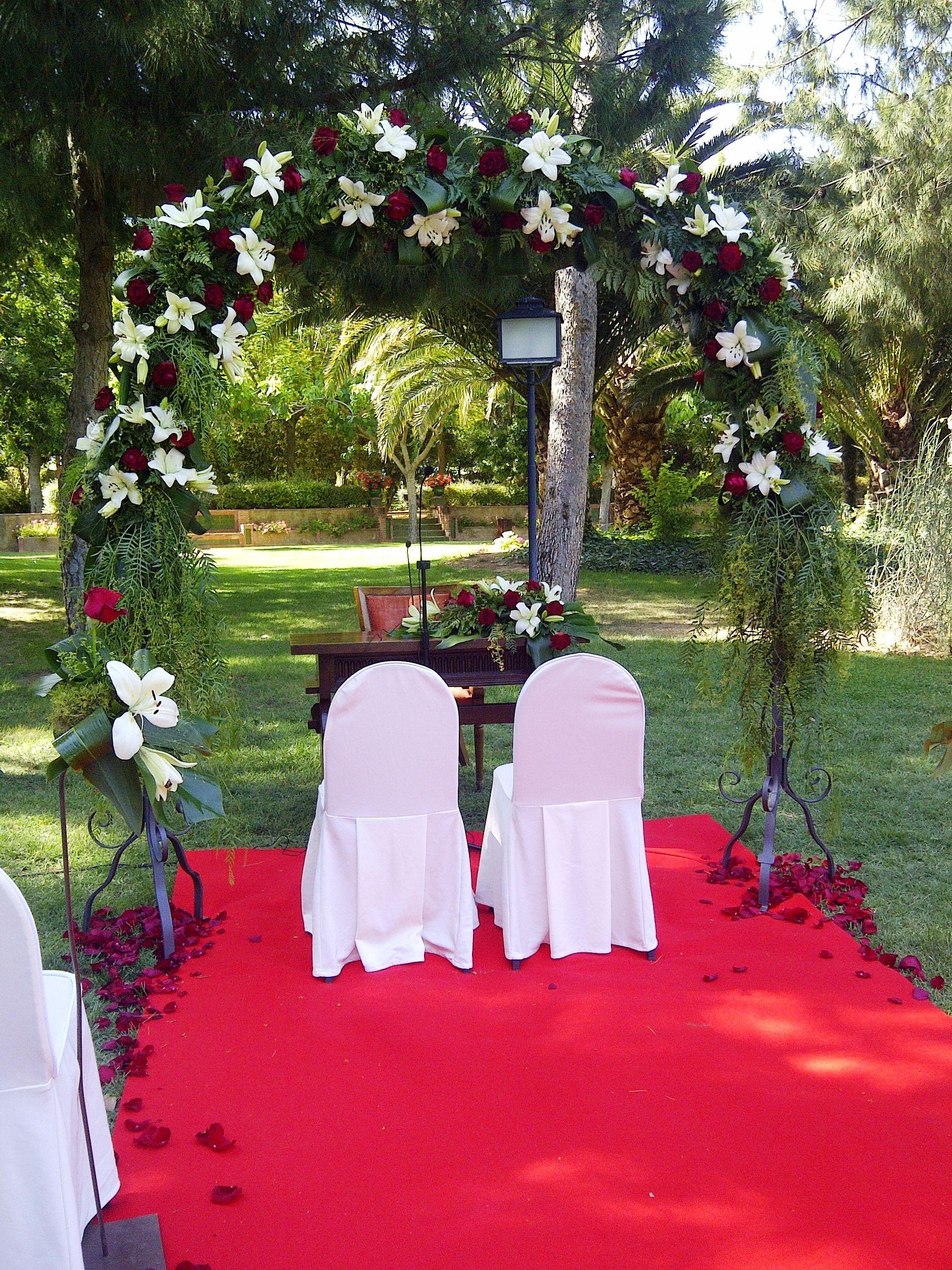 Arco floral en jardin Decoraciones boda