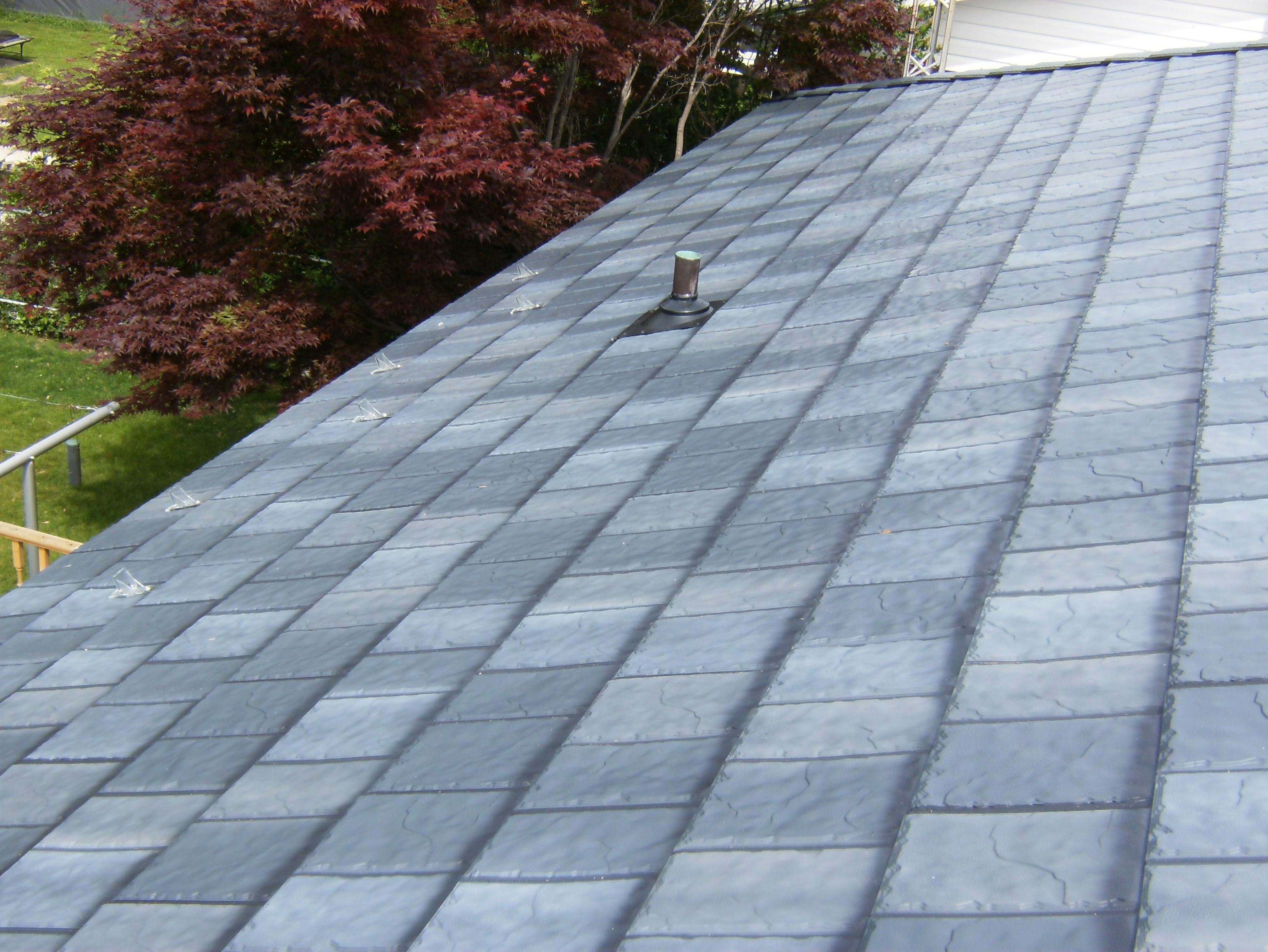 Interlocking Metal Roofing Is Quickly Replacing Old Asphalt Because Of Its Durability And Many Other Eco Benefits Http Www Finalroof Com On Metal Dak