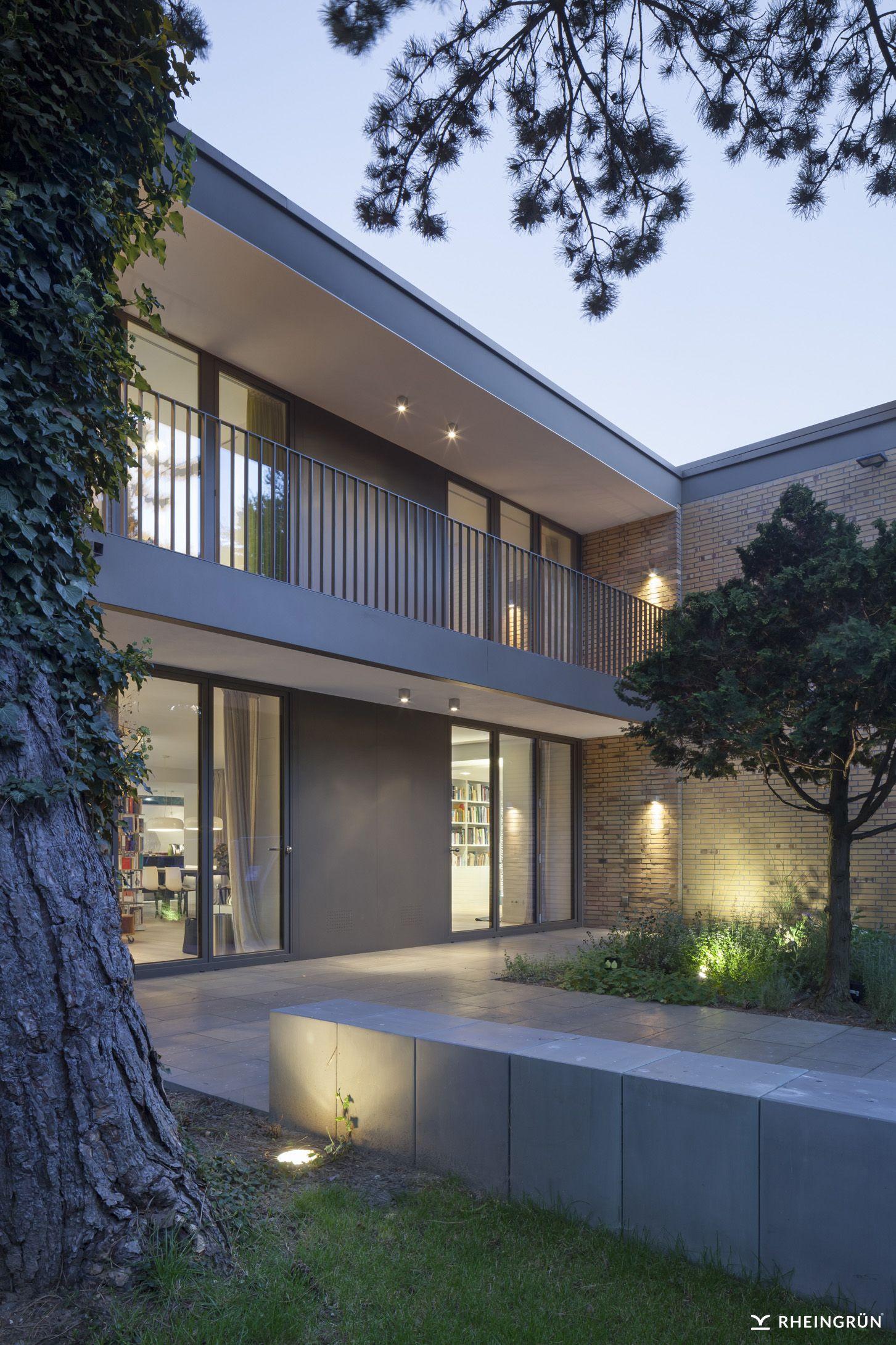 Modernes Stadthaus mit kleinem Innenhof und Terrasse mit ...