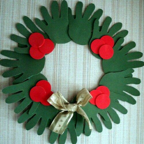 Corona De Navidad Con Las Manos Decoración Navideña Reciclaje Manualidades Navideñas Adornos Navideños Reciclados