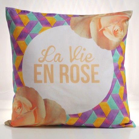 Il cuscino per gli inguaribili romantici e per gli amanti della mitica Edith Piaf. Bello il contrasto tra le rose delicate e i motivi geometrici e pop, mentre il retro è la perfetta dichiarazione d'amore per una persona speciale. Dillo con un cuscino!Gabardine di cotone, Lunghezza 50 cm, Larghezza 50 cm, Lavabile a 60°. Da oggi su http://lovli.it/index.php/la-vie-en-rose-sfondo-viola.html#