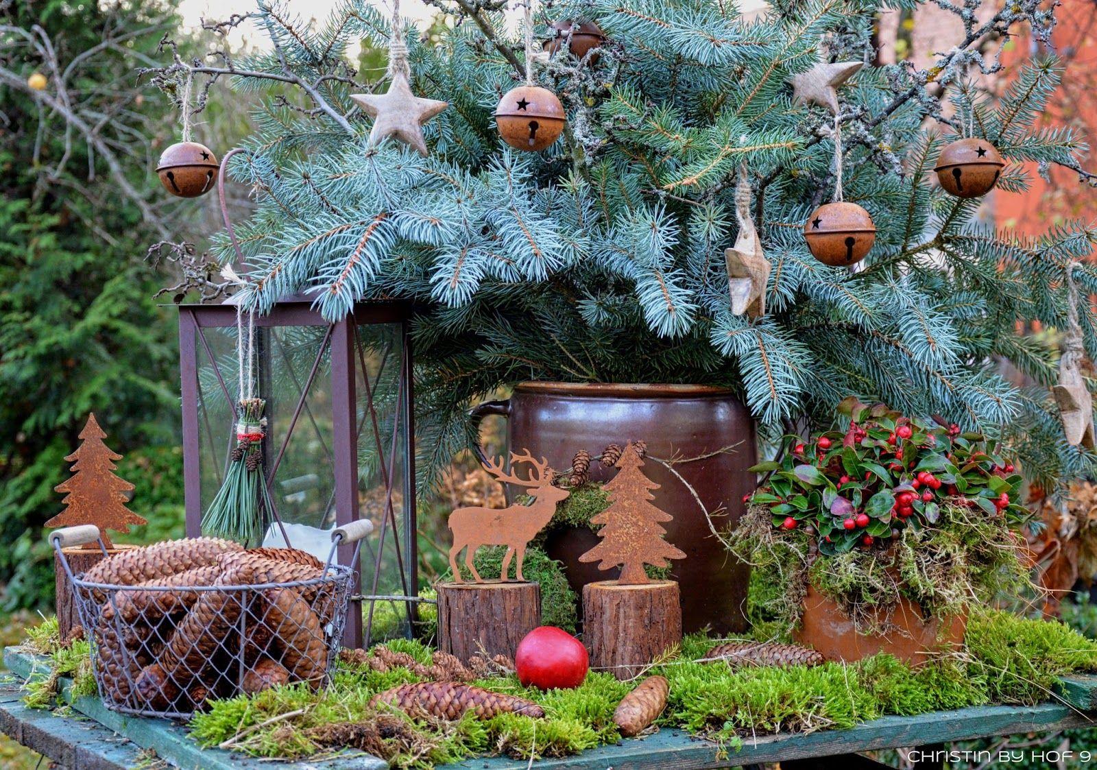 quaste aus kiefernadeln nat rliche gartendeko im winter weihnachtsdekoration im garten. Black Bedroom Furniture Sets. Home Design Ideas
