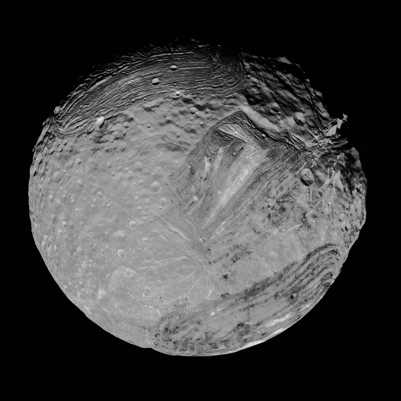 ميراندا هو أحد أقمار كوكب أورانوس تم الحصول على الصورة بدقة عالية بواسطة مركبة الفضاء فويجر 2 1986 Moons Of Uranus Space Images Uranus