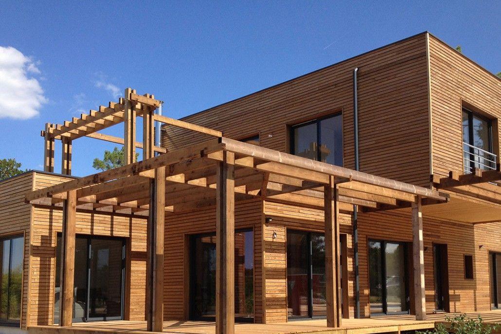 Maison en bardage Pin Classe 4 brun intégrée dans la nature - Hylor - maison bardage bois couleur