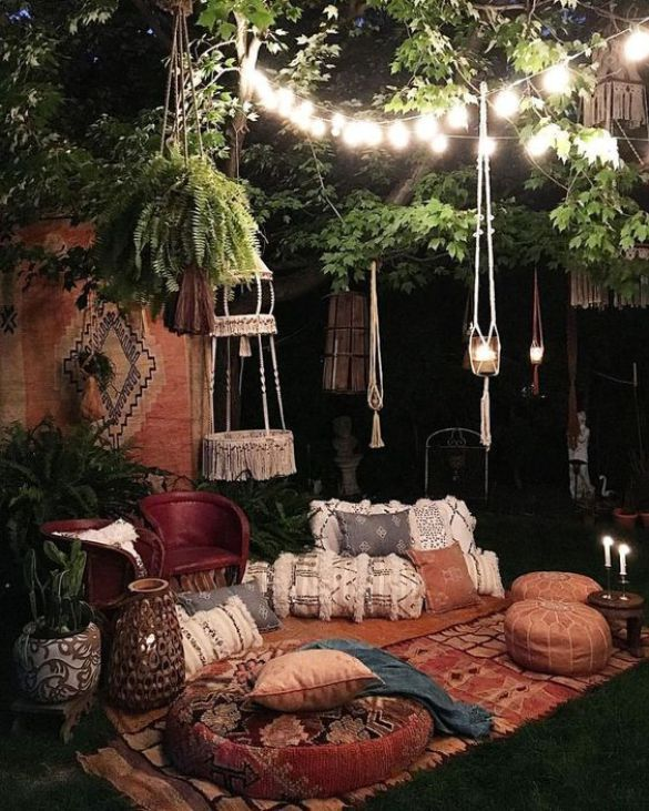 These outdoor patio flat decor ideas make you feel like you are in a jungle. #macrame #boho #indie #throwpillows #patio