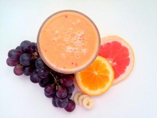 Koktajl energetyczny na początek dnia: - 2 czerwone grejpfruty  - 1 pomarańcza   - 2 banany  - garść czerwonych winogron ❤ Wszystko razem wrzucamy do blendera i miksujemy. Jeśli komuś będzie za gęste można dodać trochę wody. Następnie przelewamy do szklanki i pijemy na zdrowie :) Smacznego ❤