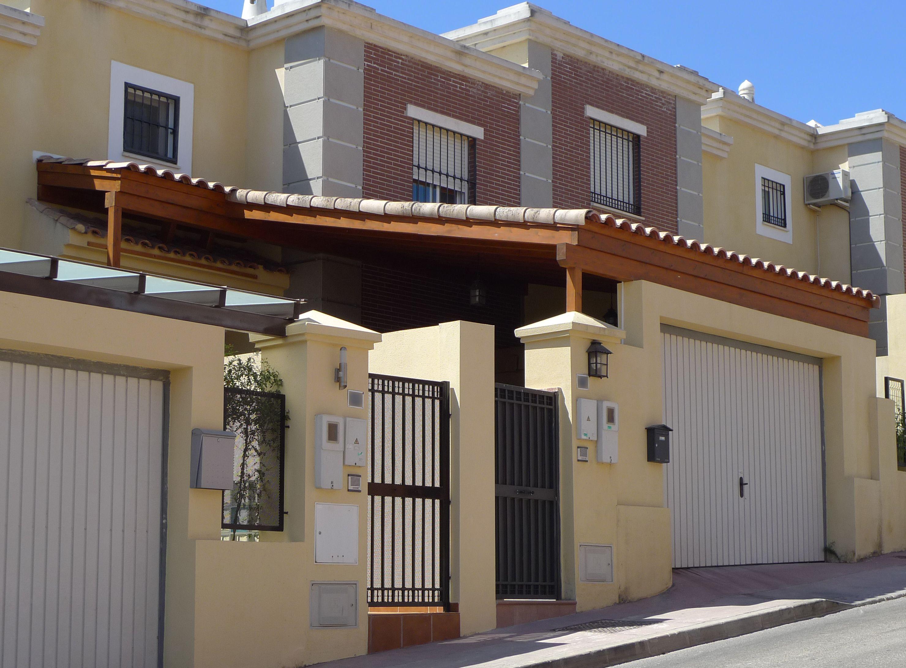 Parking de madera en entrada a vivienda con techo de tejas parking madera adosado tejas - Parking de madera ...