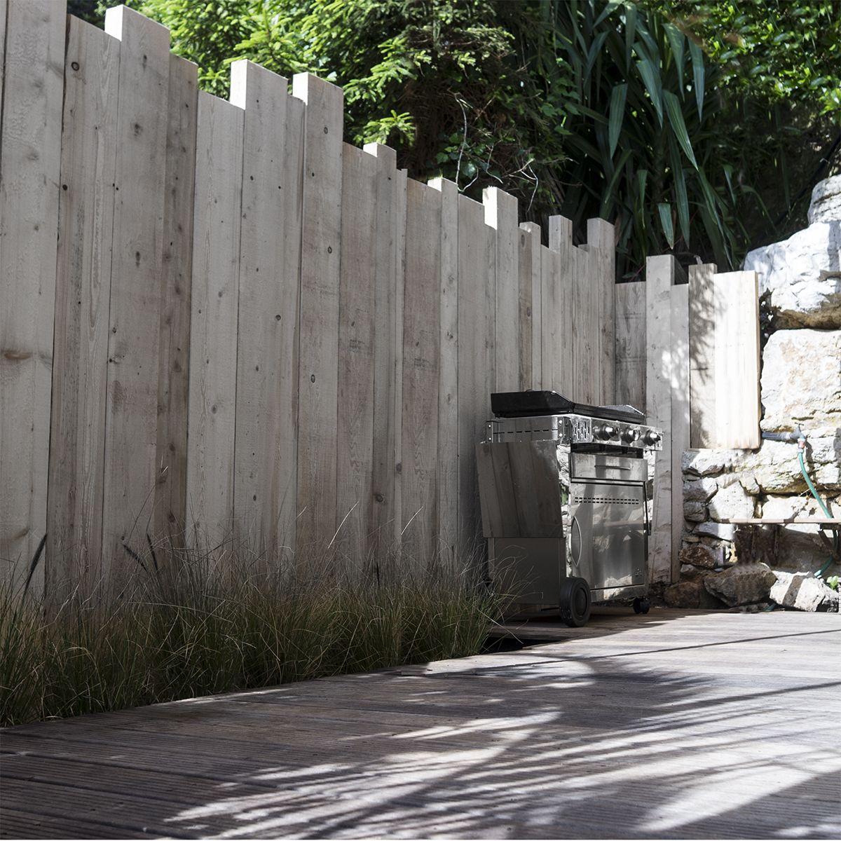 ya atelier pallissade en madrier demande particuli re pinterest cloture jardin jardins et. Black Bedroom Furniture Sets. Home Design Ideas