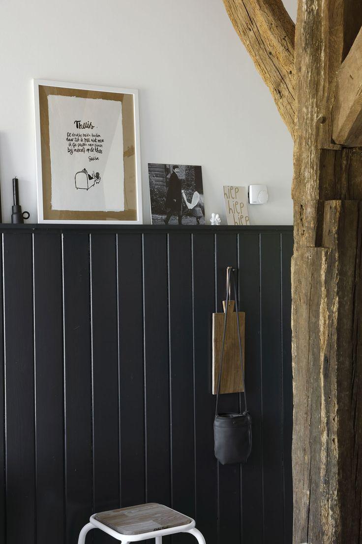 STOERE MIX • de zwarte lambrisering en robuuste pilaren geven het ...