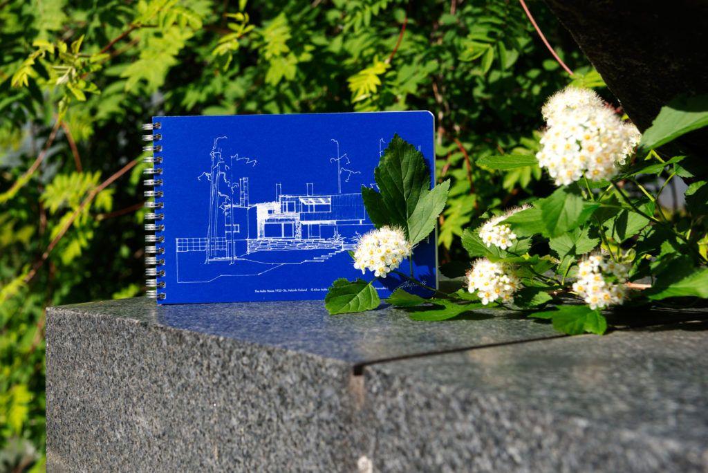 Alvar Aalto -säätiön verkkokauppa shop.alvaraalto.fi on avattu täysin uudistuneena. Myynnissä on satoja arkkitehtuuri- ja muotoilutuotteita, joiden lisäksi kaupasta voi ostaa kätevästi pääsyliput Alvar Aalto -säätiön omiin museokohteisiin Jyväskylässä ja Helsingissä. Alvar Aallon kotitaloon, Alvar Aallon ateljeehen tai Muuratsalon koetalolle lipun ennakkoon ostamalla voi varmistaa paikkansa opastetulla kierroksella tiettynä ajankohtana, muutoin kävijämääriltään rajoitetuissa kohteissa. Alvar…