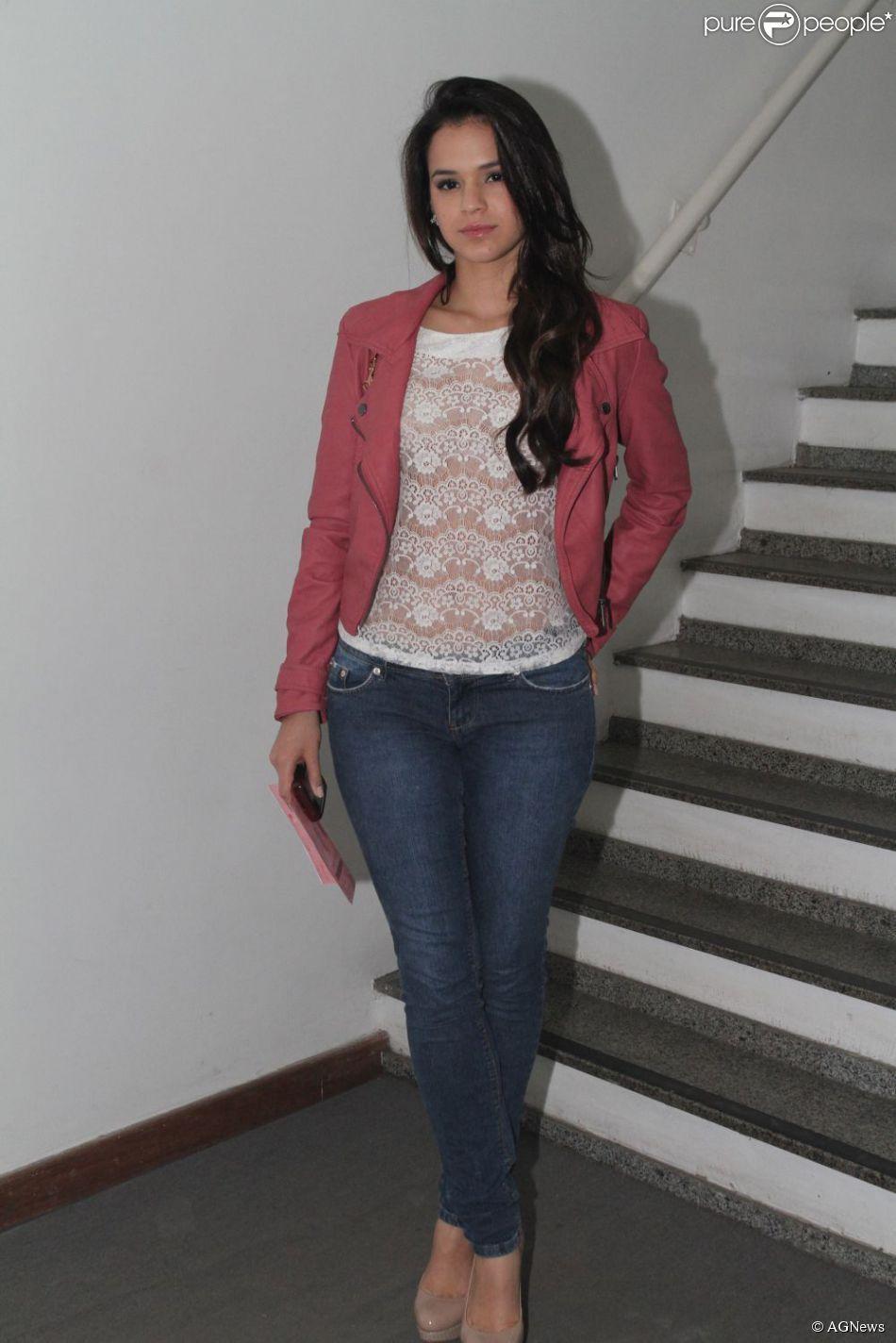 Para ir ao teatro, Bruna escolheu uma calça jeans, uma blusa transparente e um casaco de couro...