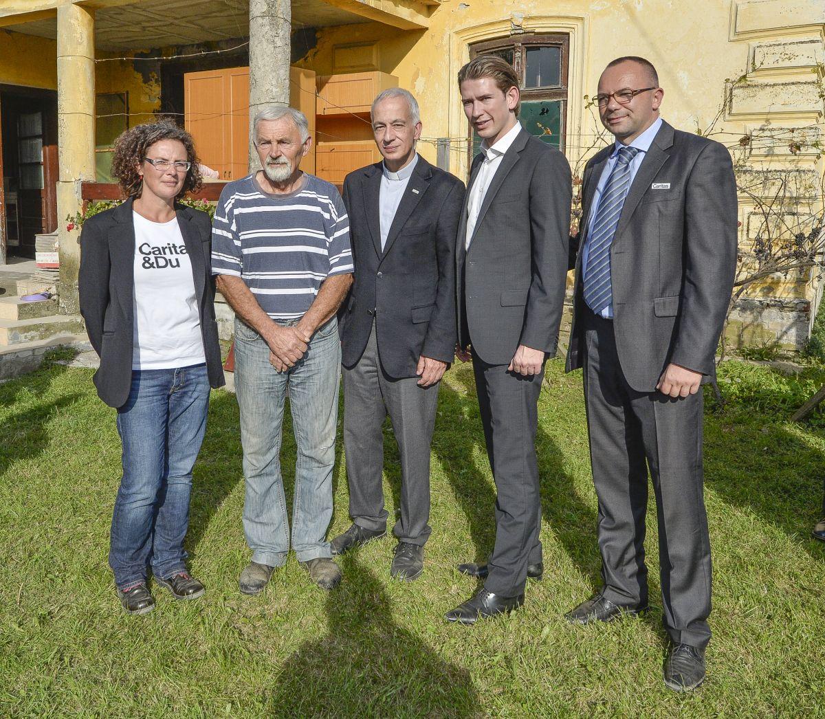 Außenminister Kurz und Caritas-Präsident Michael Landau mit KURIER AID AUSTRIA auf Serbien-Besuch (08.10.2014, Foto: Jeff Mangione) http://kurier.at/chronik/oesterreich/die-angst-vor-der-ersten-kaelte/90.625.769