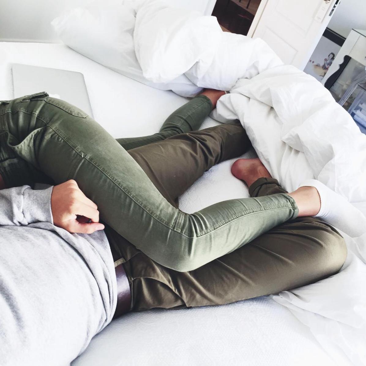 Картинки парень и девушка лежат без лица