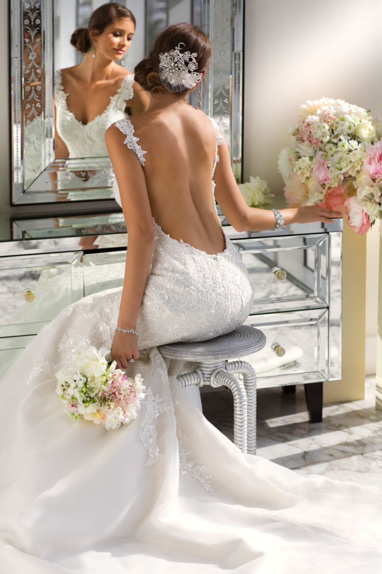 Die Brautkleid-Stickereien umfassen hier die Träger und den Bereich ...