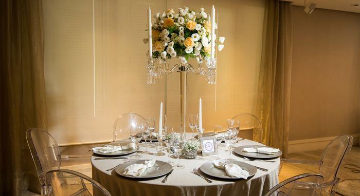 Este modelo de candelabro permite colocar as flores ao meio. A mistura das flores e velas encanta! Peça exclusiva da empresa Detalhes de Luxo (www.detalhesdeluxo.com.br)
