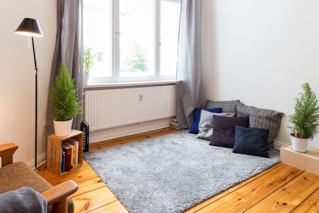 Wohnzimmer mit kuschligem teppich und leseecke mit kissen - Altbau wohnzimmer ...