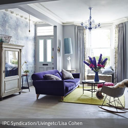 Das Wohnzimmer im femininen Look wirkt durch pastellige Farben und ...