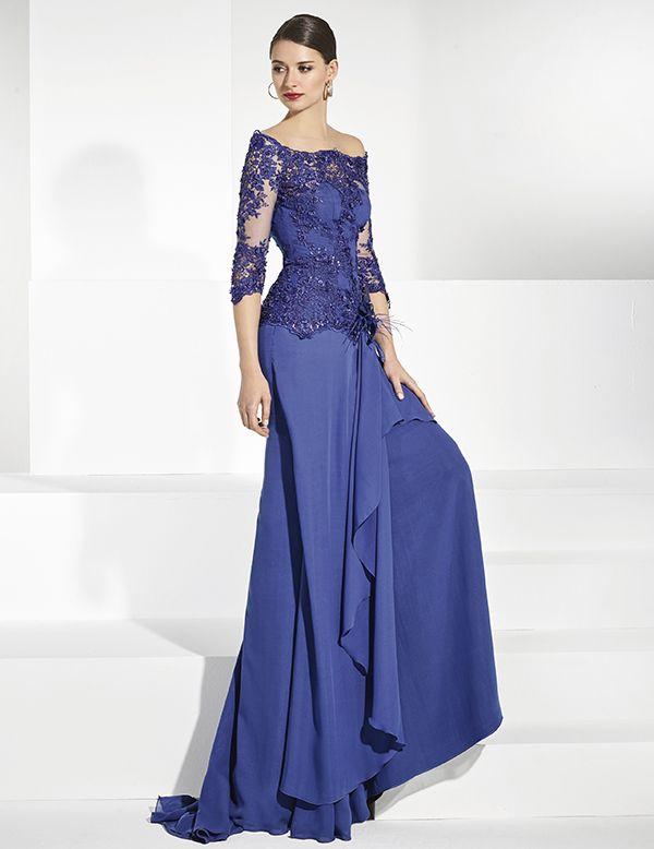 cc9e421e52 Vestidos de fiesta largo en gasa azul cobalto y mangas en tul bordado.