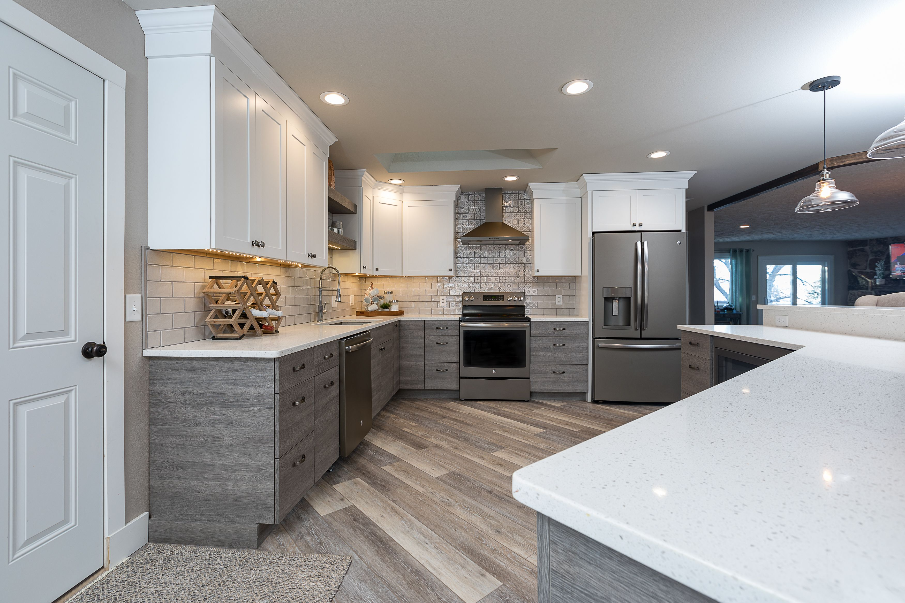Transitional Kitchen Contemporary Textured Laminate Base With White Shaker Uppers Transitional Kitchen Transitional Living Rooms Kitchen And Bath Design