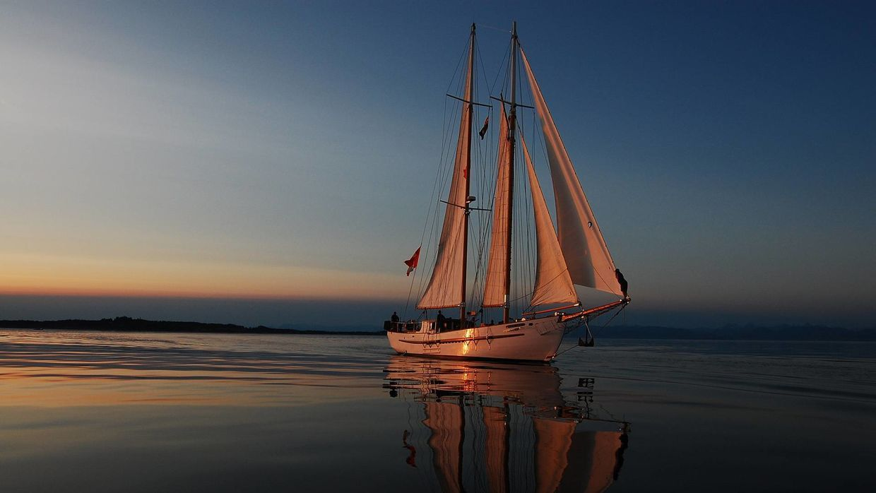 4k Hd Yacht Sailing Away From The Sunset Wallpapers Amp Images