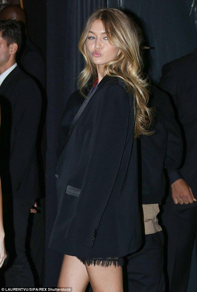 Kendall Jenner est super élégante dans une robe de velours noir qui épouse les courbes   – S for Staff Style