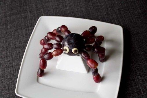 fun food kids spider plum grapes spinne obst fruit. Black Bedroom Furniture Sets. Home Design Ideas