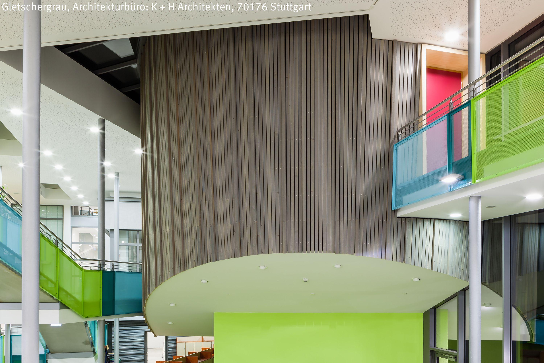 Bildungszentrum in Meckenbeuren mit grauer Holzfassade im Innen- und ...