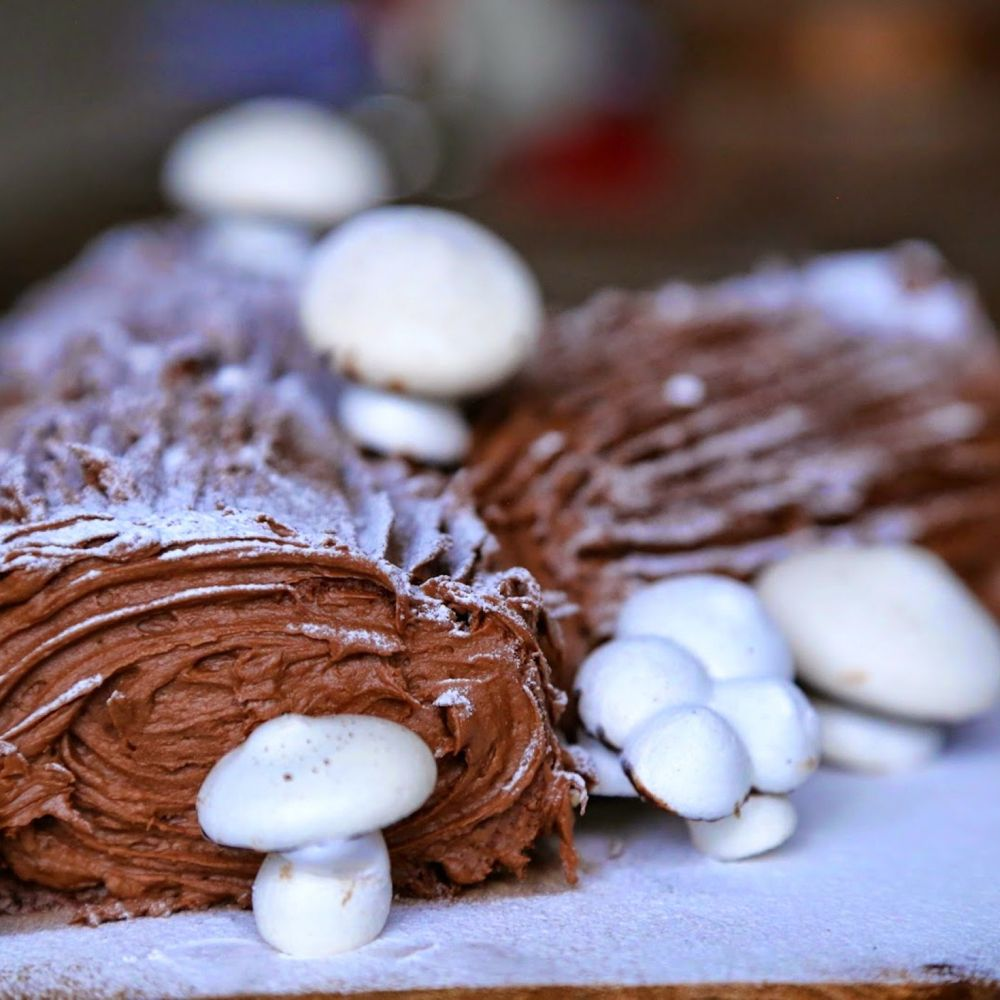 Büche de noel/Yule log recipe with magic meringue mushrooms
