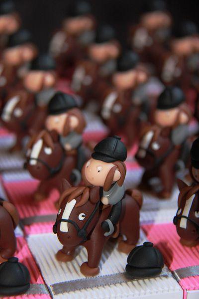 Immortalisez votre cérémonie avec ce plateau de 25 boîtes à dragées petites cavalières et leurs chevaux - Favor boxes riders and their horses -   Handmade in France by Pâte et Tics : www.pate-et-tics.com