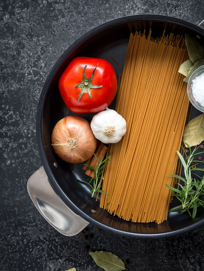 Making of one-pot-pasta. http://www.jotainmaukasta.fi/2016/12/04/one-pot-pasta-porolihapullilla/