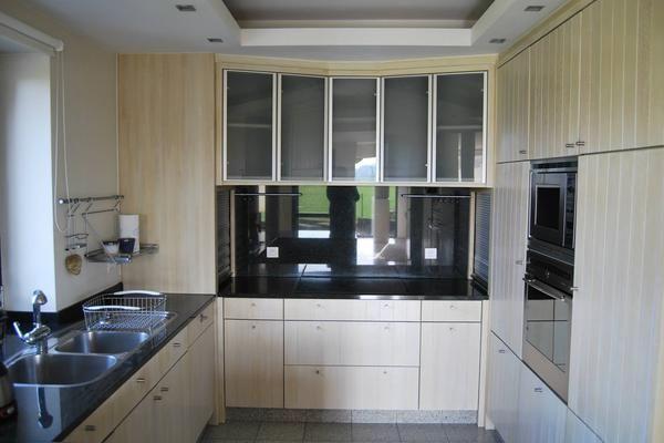 Modèle de cuisine classique aux portes en bois massif et verre ...