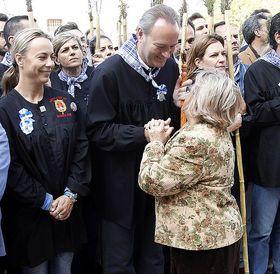Alberto Fabra saluda a una vecina durante la tradiconal Romería de la Santa Faz.
