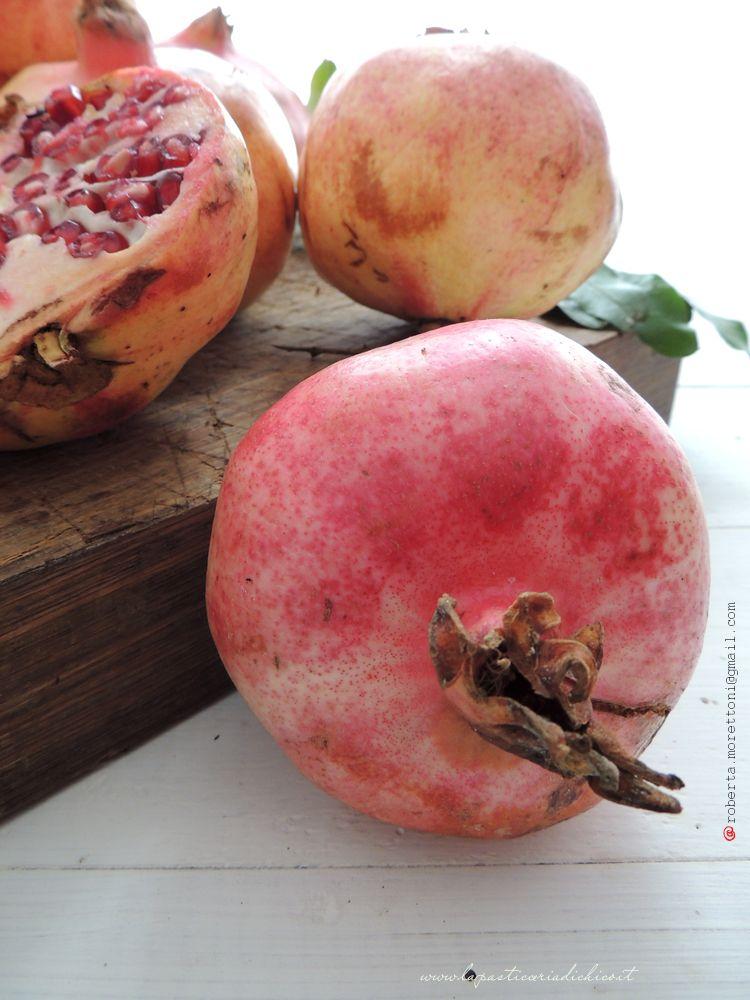 In autunno gli alberi si spogliano dei i loro vestiti e si perdono nel cielo e sulla terra, I frutti sono ormai pronti a separarsi dalla pianta madre e staccandosi delicatamente,si adagiano a terra.......aspettando qualcuno che si prenda cura di loro!!!!   http://www.lapasticceriadichico.it/2014/11/crema-pasticcera-alla-melagrana.html http://www.lapasticceriadichico.it/2014/11/crema-pasticcera-alla-melagrana.html