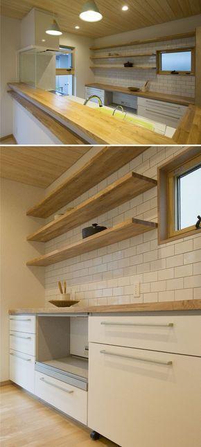 キッチンはタイルと木製カウンターでナチュラル感を キッチン 対面キッチン インテリア カウンター タイル おしゃれ 造作収納 作業台 ウッド アイデア リビング キッチン キッチンのレイアウト キッチンデザイン