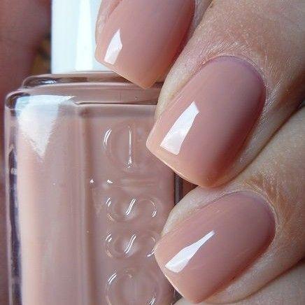 sencilla manicura de uas decoradas en color beige