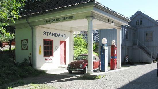 Posto de gasolina dos anos 1950, na vila tradicional norueguesa montada no Museu do Folclore Norueguês em Oslo, Noruega. Fotografia: Indian Traveler64.