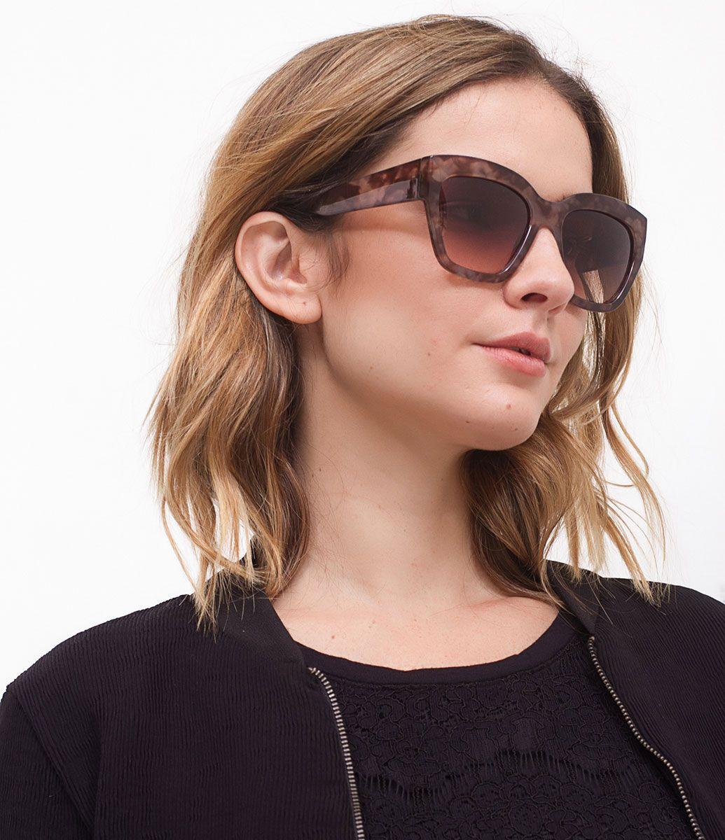 7d84eb38a0281 Óculos de sol Modelo quadrado Hastes marrom em acetato Lentes fumê degradê  Proteção contra raios UVA