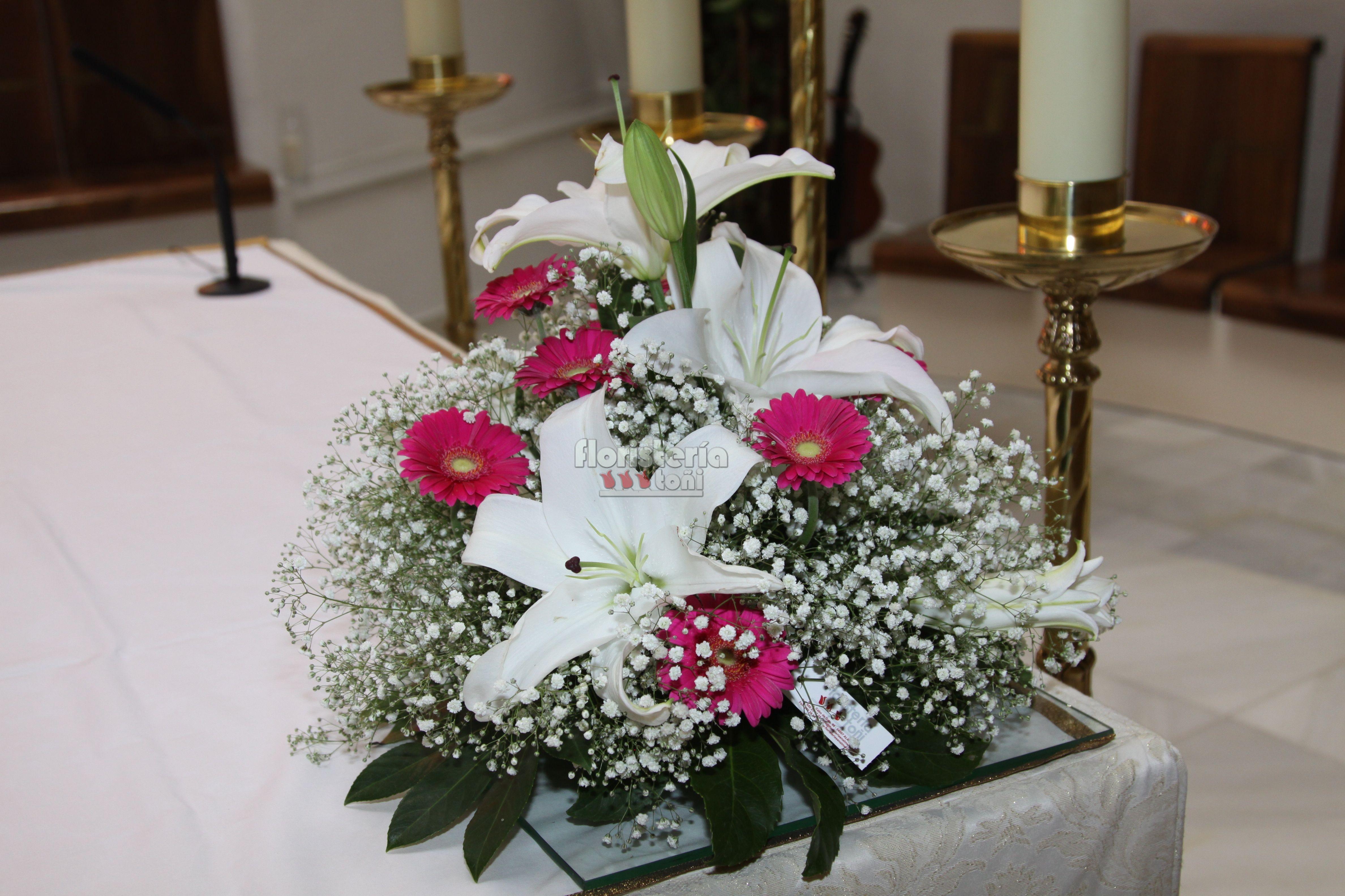 Centro de mesa altar gerberas paniculata y lilium - Centros para decorar mesas ...