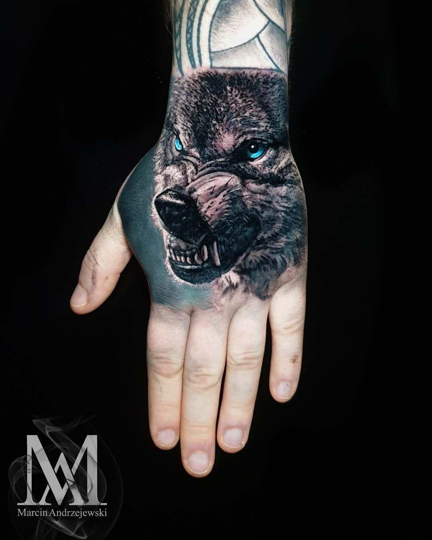Taki tam pieseł 😉. @reign_in_blood_tattoo  Przy okazji chciałem poinformować i zaprosić wszystkich znajomych i nieznajomych na Aberdeen Tattoo Show 2020!! 29-30 Sieprnień!  #mandrzejewskitattoo #tattoo #tattooinspiration #tattoooftheday #wolf #wolftattoo #handtattoo #handmade #worldfamousink #aberdeen #aberdeentattoo #aberdeenshire #fkirons #ktosieniedziaratenfujara #besttattoos