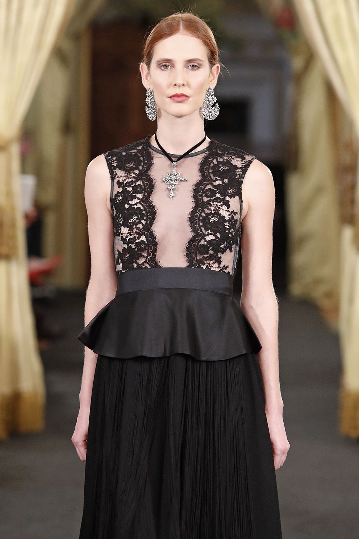ROSALÍA- Vestido en crepé pesado con flecos largos de seda sobrepuestos y peplum en mikado. Cuerpo de Chantilly sobre tul negro.