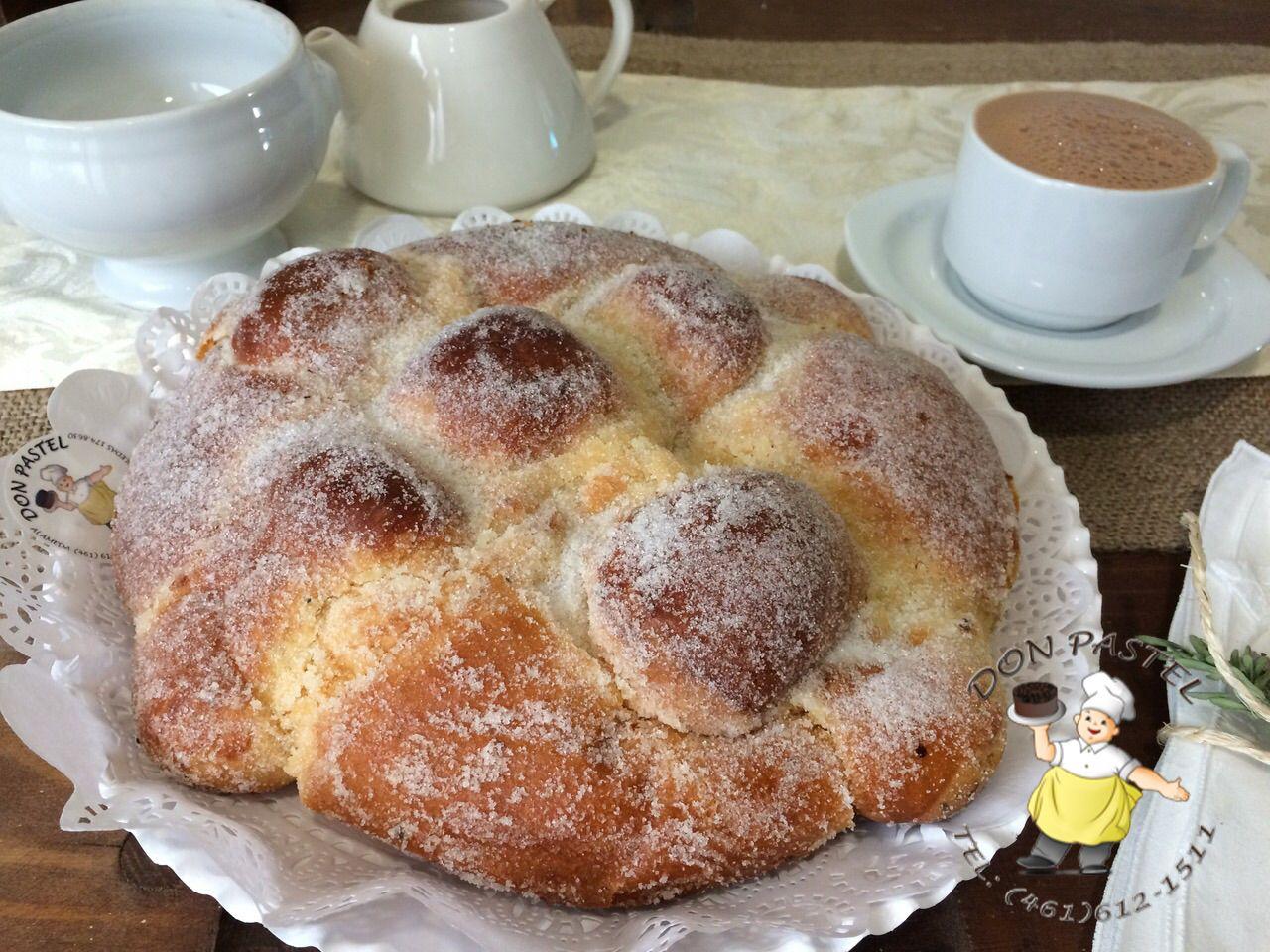 Tradicional Pan de muerto acompañado de un delicioso chocolate caliente. www.donpastel.com