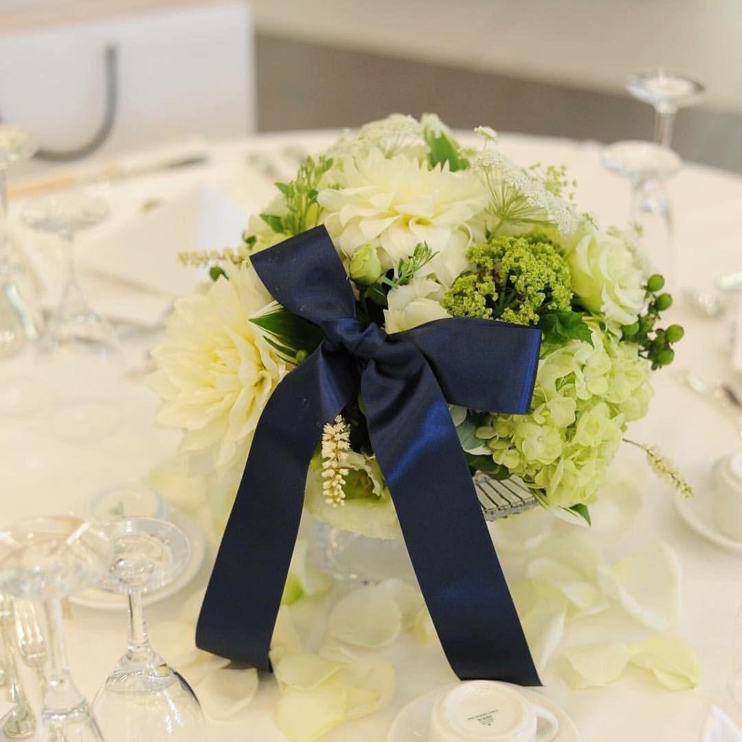 いいね!44件、コメント3件 ― @uk5529のInstagramアカウント: 「0529 挙式💫 ゲストテーブル装花はグリーン×白に ネイビーリボンと花びらを😊…」