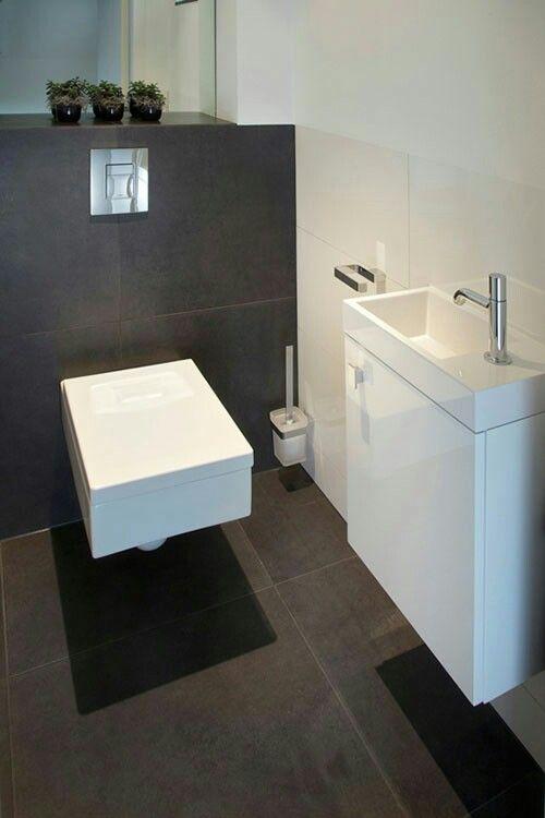Toilet met donkere vloer wit lavabo lichte muren idee n voor het huis pinterest lichte - Kleine kamer d water met toilet ...