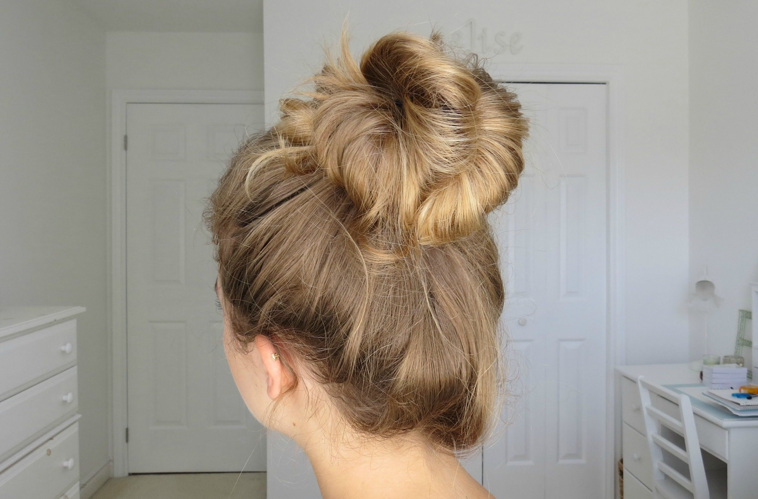 Simple Messy Bun Tutorial Quick Easy Youtube Messy Bun Tutorial Hair Styles Hair Tutorial
