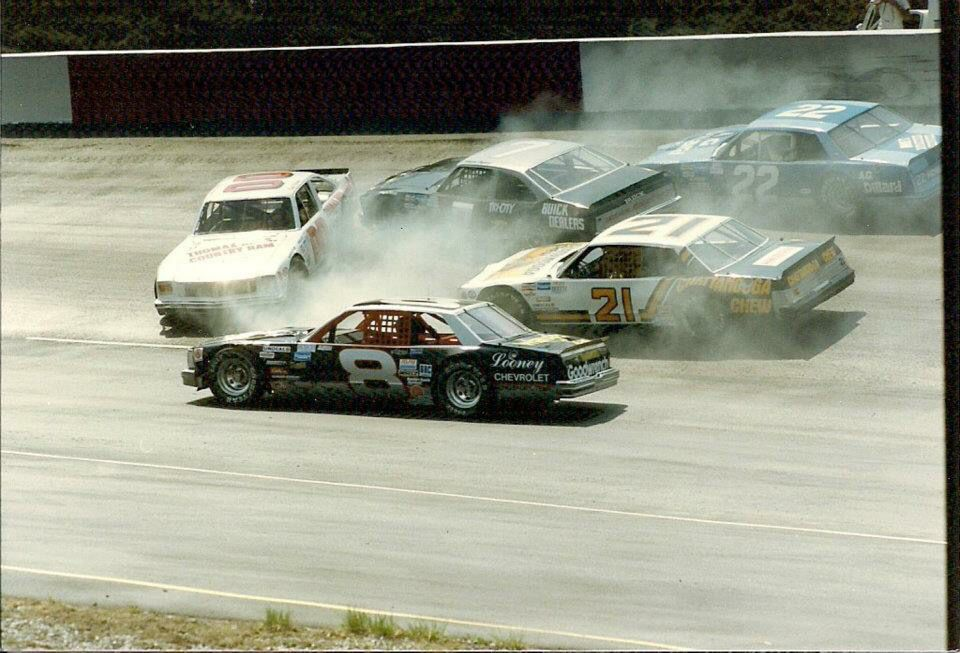 Earnhardt 8 Goes Low To Miss Brett Bodine 00 Larry Pearson 21 Davey Allison 7 And Rick Mast 22 At Bristol 1986 Nascar Racing Nascar Cars Nascar Crash
