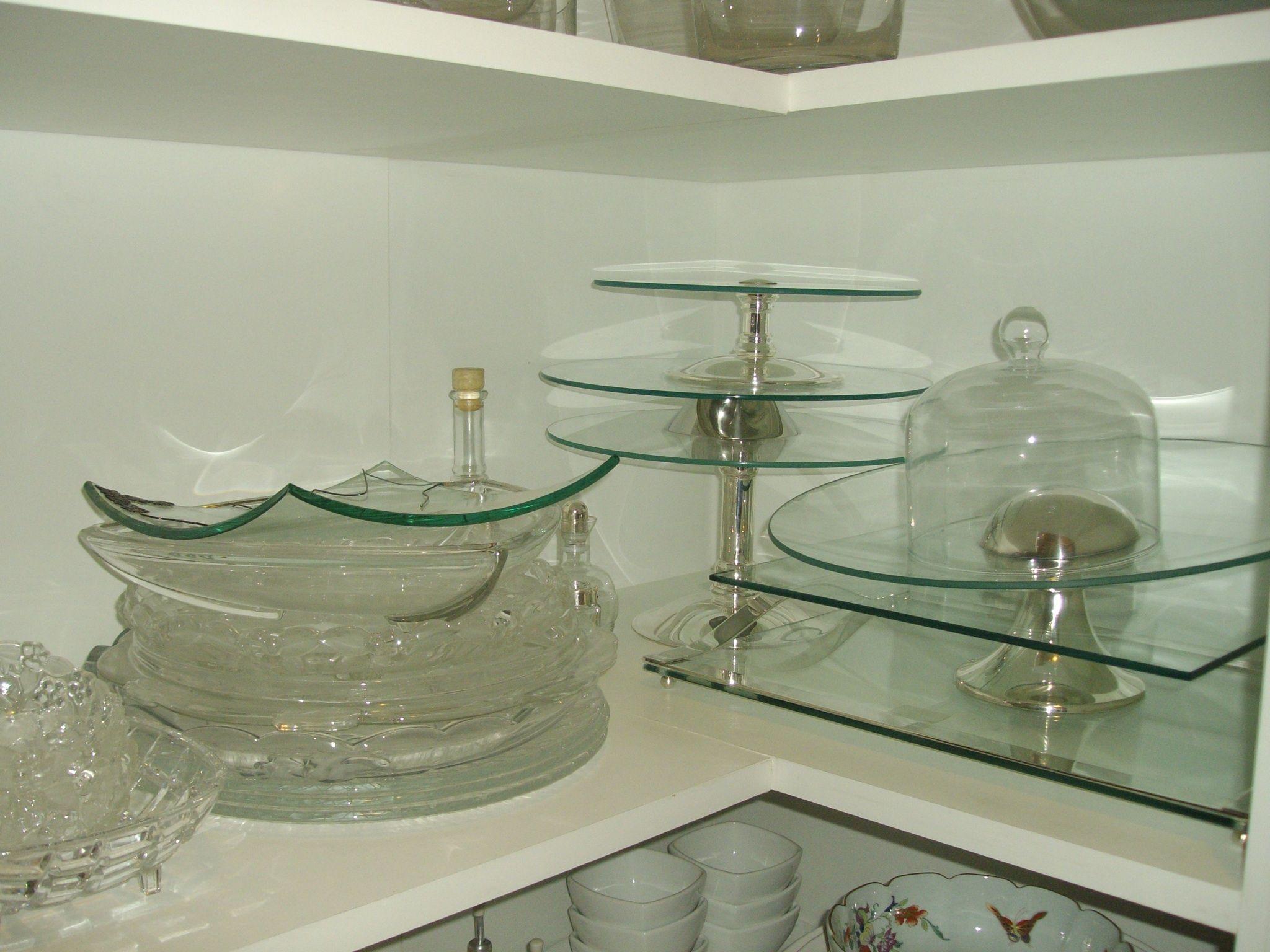 Organização de pratos para bolos, tábuas em vidro e travessas redondas