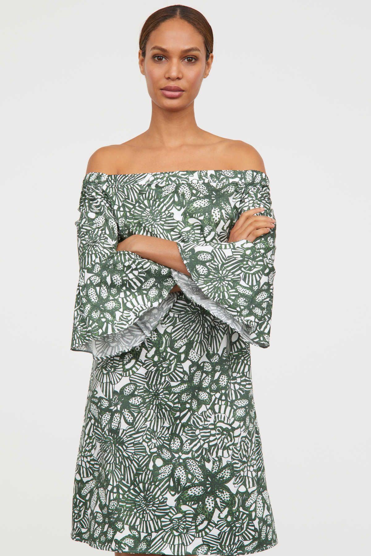 e82dd460b Vestido corto en tejido ligeramente elástico de algodón con brillo. Modelo  con hombros al descubierto