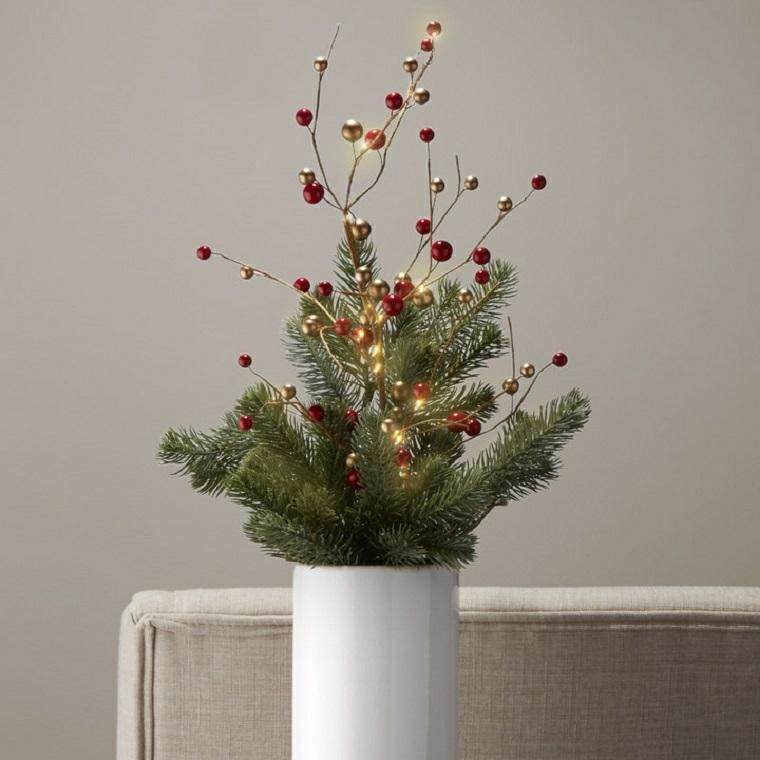 Weihnachtsmittelstücke mit Weihnachtslichtern für einen hellen Tisch ...