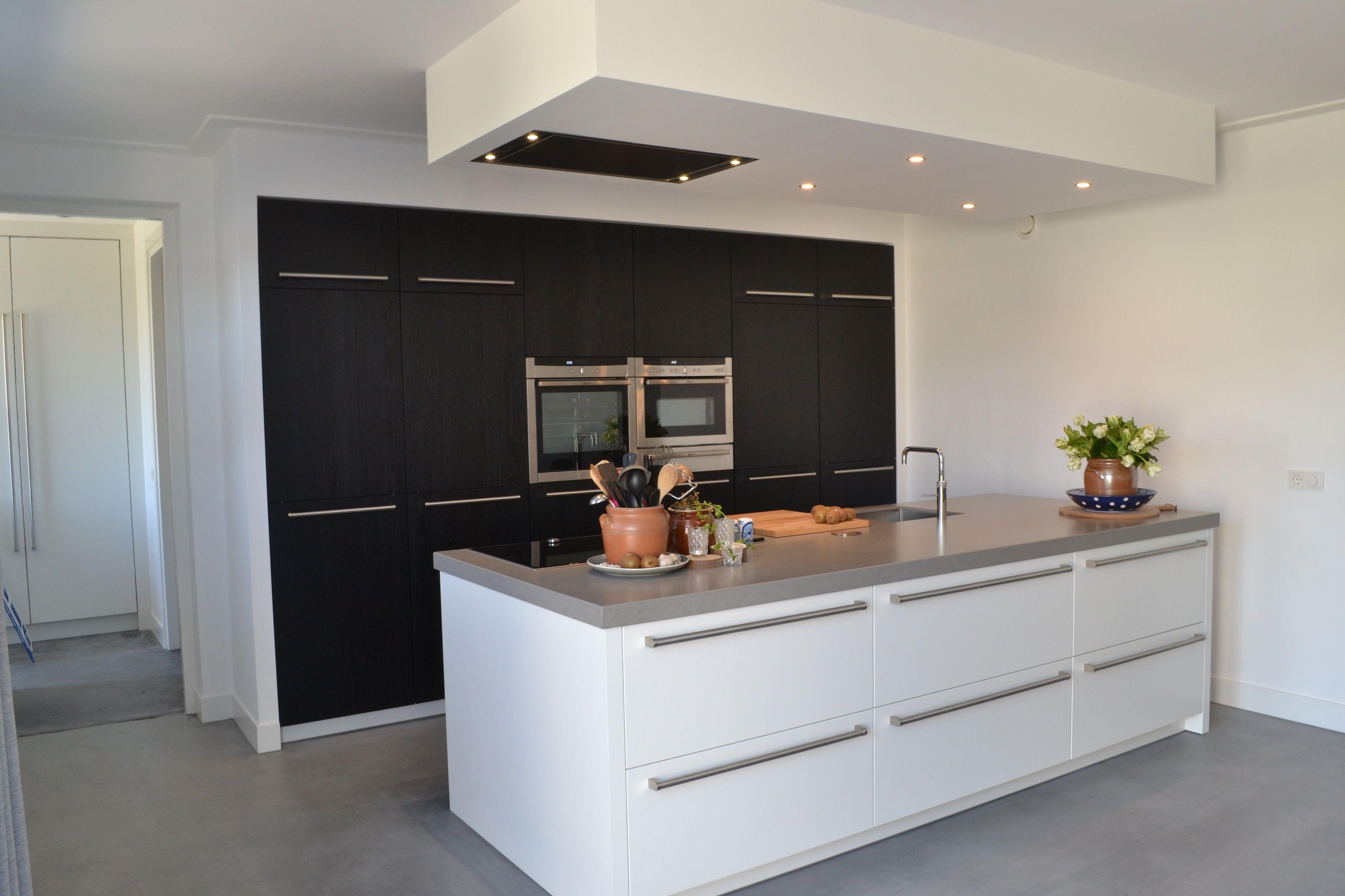 Wit gelakt keukeneiland met zwart geborsteld eiken kastenwand en