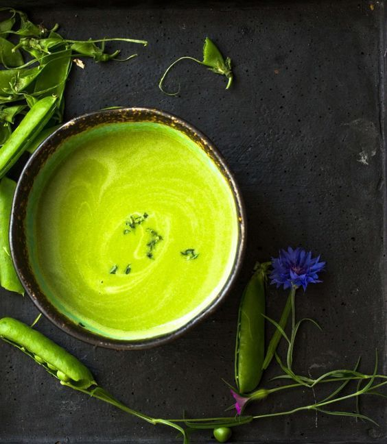 Gekühlte Erbsen-Kopfsalat Suppe mit Estragon